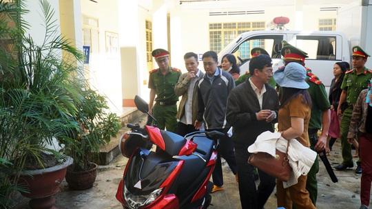Cựu chủ tịch huyện tham ô tài sản hầu tòa vì tham ô tiền xây nghĩa trang liệt sĩ - Ảnh 1.