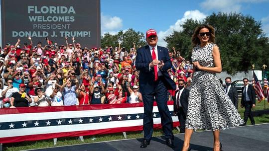 Hình ảnh đối lập của ông Trump và ông Biden trước ngày bầu cử tổng thống - Ảnh 2.