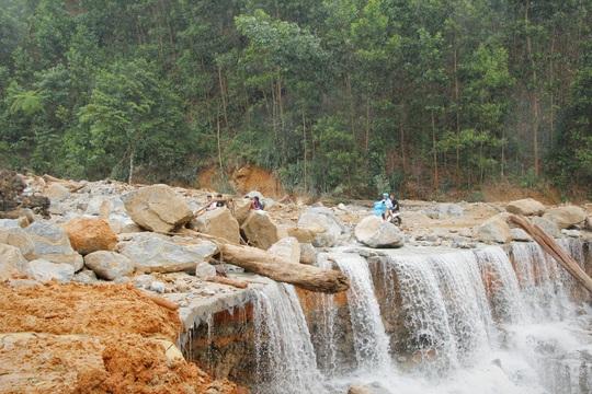 Phóng viên bật khóc khi thi thể một cháu bé được đưa lên từ bùn đất ở Trà Leng - Ảnh 4.