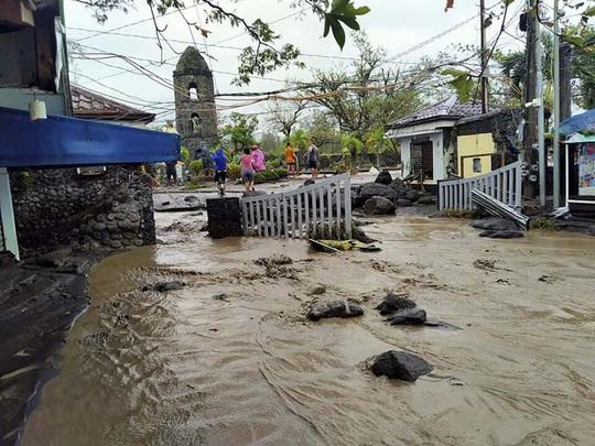 """Siêu bão Goni """"gầm rú"""" ở Philippines, số người thiệt mạng tăng lên - Ảnh 1."""