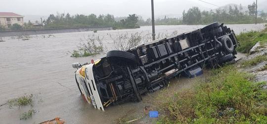 Tất cả 50 hồ thủy lợi ở Phú Yên đang xả lũ - Ảnh 1.