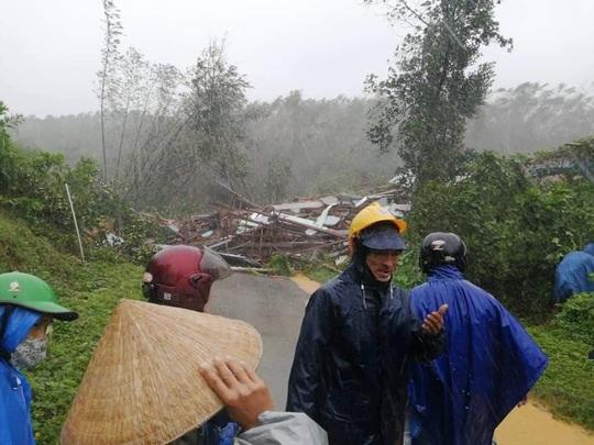 Quảng Nam lại sạt lở núi khiến 1 người chết, hồ Phú Ninh và nhiều thủy điện xả lũ - Ảnh 4.