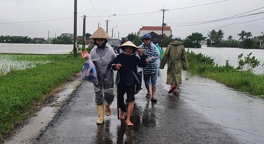 Phú Yên: Vội vã chạy lũ sau bão số 12 - Ảnh 4.