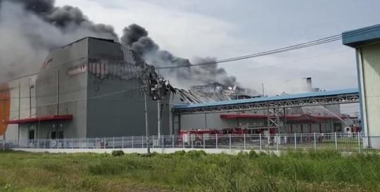 Cháy lớn ở Nhà Bè, cột khói bốc cao bao trùm KCN Hiệp Phước - Ảnh 1.