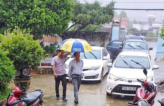 Giám đốc Sở NN-PTNT Khánh Hòa: Đi chống bão mà giống đi du lịch, nhìn phản cảm! - Ảnh 1.