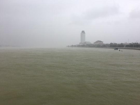 Bão số 13 đổ bộ Quảng Bình, gió giật liên hồi, người dân gồng mình chống chịu - Ảnh 6.