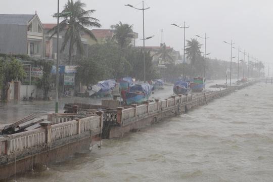 Bão số 13 đổ bộ Quảng Bình, gió giật liên hồi, người dân gồng mình chống chịu - Ảnh 4.