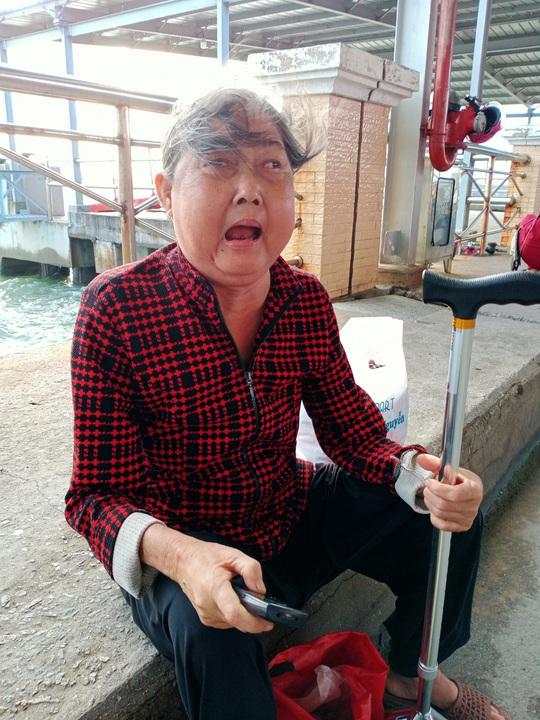 CLIP: Mẹ già bệnh tật chống gậy ra Phú Quốc tìm con gái - Ảnh 2.