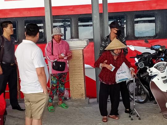 CLIP: Mẹ già bệnh tật chống gậy ra Phú Quốc tìm con gái - Ảnh 3.