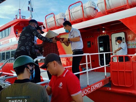 CLIP: Mẹ già bệnh tật chống gậy ra Phú Quốc tìm con gái - Ảnh 5.