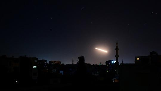 Israel tấn công các khẩu đội tên lửa của Syria, 3 người thiệt mang - Ảnh 1.