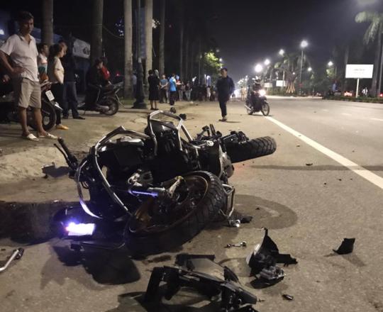 """CLIP: """"Siêu môtô BMW tông xe máy văng gần 100 m, 3 người thương vong - Ảnh 1."""