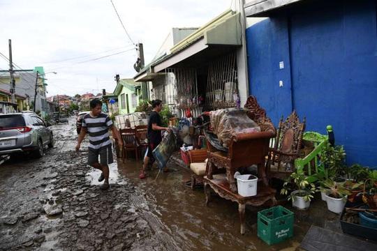 """Bị chỉ trích vì """"ngồi ở nhà"""", tổng thống Philippines đáp máy bay tới vùng bão - Ảnh 4."""