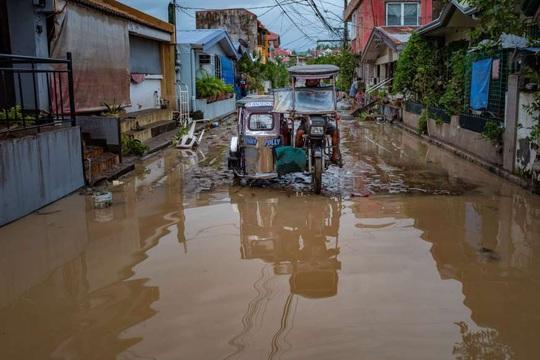 """Bị chỉ trích vì """"ngồi ở nhà"""", tổng thống Philippines đáp máy bay tới vùng bão - Ảnh 3."""