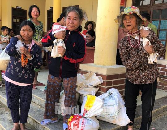 Đồng bào vùng lũ rơi nước mắt khi dân quân băng rừng cõng gạo vào cứu đói - Ảnh 1.