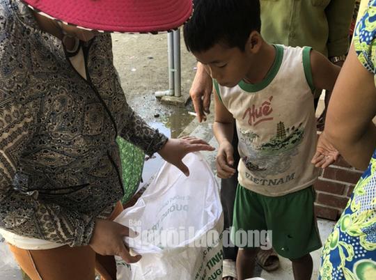 Đồng bào vùng lũ rơi nước mắt khi dân quân băng rừng cõng gạo vào cứu đói - Ảnh 4.