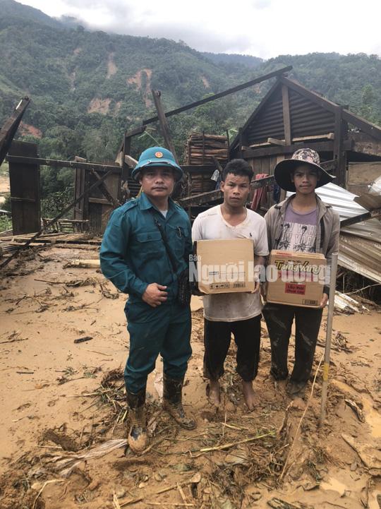 Đồng bào vùng lũ rơi nước mắt khi dân quân băng rừng cõng gạo vào cứu đói - Ảnh 11.