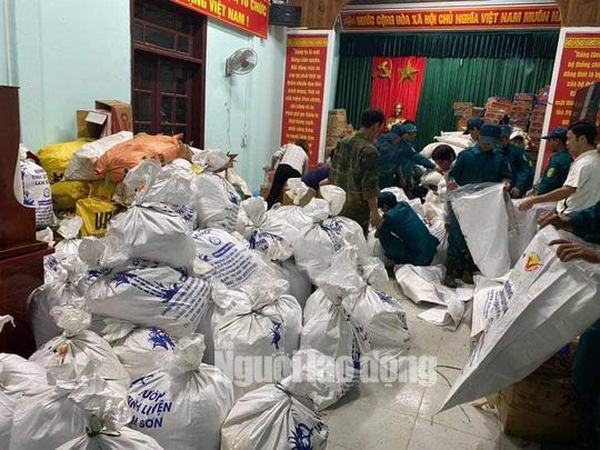 Đồng bào vùng lũ rơi nước mắt khi dân quân băng rừng cõng gạo vào cứu đói - Ảnh 5.