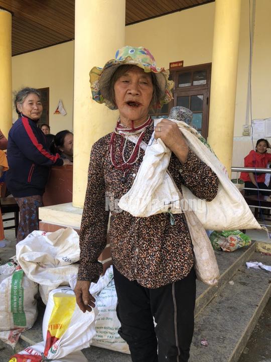 Đồng bào vùng lũ rơi nước mắt khi dân quân băng rừng cõng gạo vào cứu đói - Ảnh 2.
