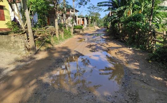 """CLIP: """"Con đường đau khổ"""" ở Quảng Bình khiến dân rùng mình khi đi lại - Ảnh 11."""