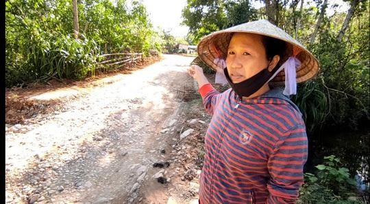 """CLIP: """"Con đường đau khổ"""" ở Quảng Bình khiến dân rùng mình khi đi lại - Ảnh 5."""