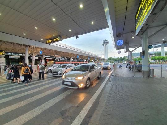 """Vẫn có tài xế gỡ logo """"xe hợp đồng"""" để vào sân bay Tân Sơn Nhất đón khách  - Ảnh 1."""