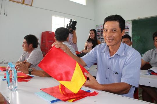 Ngư dân Rạch Gốc rạng rỡ đón nhận cờ Tổ quốc - Ảnh 5.