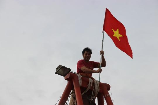 Ngư dân Rạch Gốc rạng rỡ đón nhận cờ Tổ quốc - Ảnh 11.