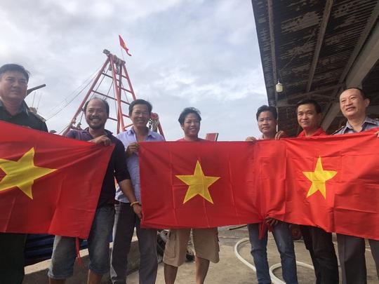 Ngư dân Rạch Gốc rạng rỡ đón nhận cờ Tổ quốc - Ảnh 8.