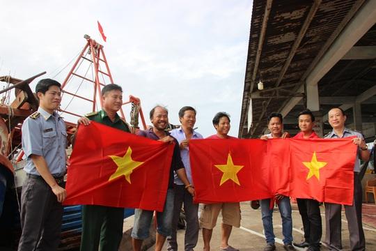 Ngư dân Rạch Gốc rạng rỡ đón nhận cờ Tổ quốc - Ảnh 7.