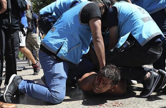 CLIP: Lễ an táng huyền thoại Maradona - Nước mắt tiếc thương, máu đổ vì bạo động - Ảnh 14.