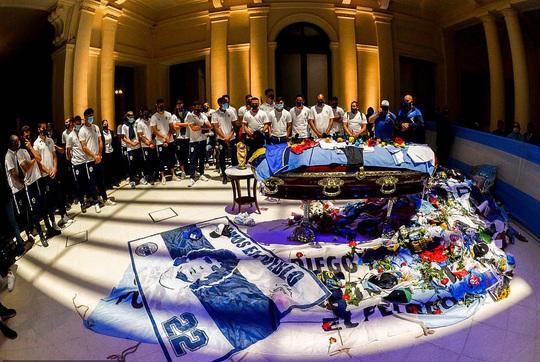 CLIP: Lễ an táng huyền thoại Maradona - Nước mắt tiếc thương, máu đổ vì bạo động - Ảnh 3.