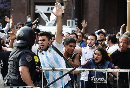 CLIP: Lễ an táng huyền thoại Maradona - Nước mắt tiếc thương, máu đổ vì bạo động - Ảnh 11.