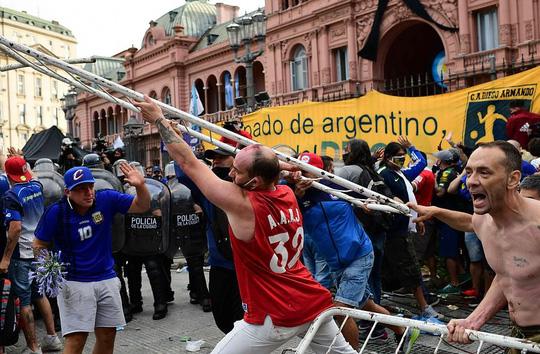 CLIP: Lễ an táng huyền thoại Maradona - Nước mắt tiếc thương, máu đổ vì bạo động - Ảnh 12.