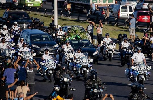 CLIP: Lễ an táng huyền thoại Maradona - Nước mắt tiếc thương, máu đổ vì bạo động - Ảnh 23.