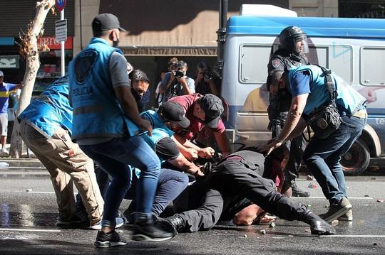 CLIP: Lễ an táng huyền thoại Maradona - Nước mắt tiếc thương, máu đổ vì bạo động - Ảnh 16.