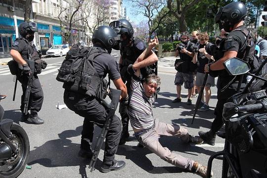 CLIP: Lễ an táng huyền thoại Maradona - Nước mắt tiếc thương, máu đổ vì bạo động - Ảnh 15.