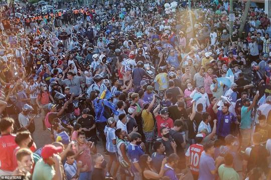 CLIP: Lễ an táng huyền thoại Maradona - Nước mắt tiếc thương, máu đổ vì bạo động - Ảnh 24.