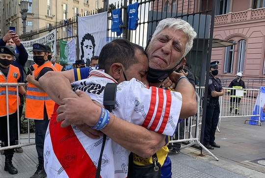 CLIP: Lễ an táng huyền thoại Maradona - Nước mắt tiếc thương, máu đổ vì bạo động - Ảnh 20.