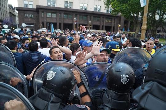 CLIP: Lễ an táng huyền thoại Maradona - Nước mắt tiếc thương, máu đổ vì bạo động - Ảnh 9.