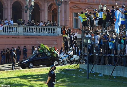 CLIP: Lễ an táng huyền thoại Maradona - Nước mắt tiếc thương, máu đổ vì bạo động - Ảnh 19.