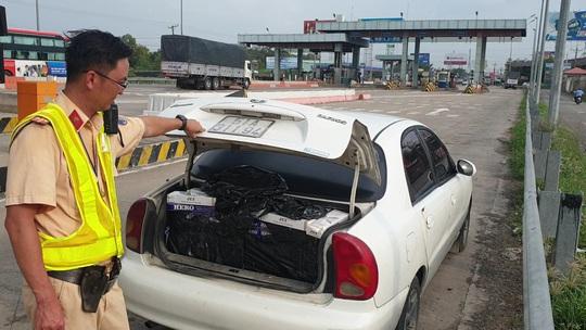 CLIP: Tài xế bỏ xe giữa đường chạy trốn, CSGT phát hiện hàng cấm số lượng khủng - Ảnh 1.