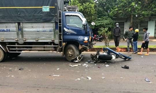Chạy ngược chiều tông vào xe tải, người chết, xe máy bể nát - Ảnh 1.