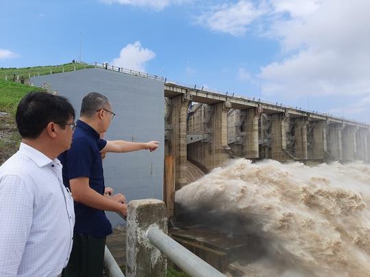 Hai thủy điện lớn ở Phú Yên đang nâng mức xả lũ - Ảnh 1.