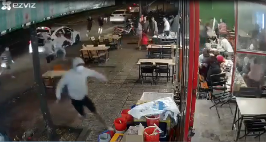 CLIP: Băng nhóm bịt mặt từ 3 ôtô lao vào quán nhậu hỗn chiến kinh hoàng - Ảnh 1.