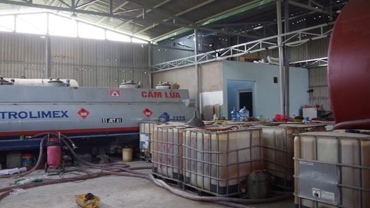 Hàng ngàn lít xăng giả tại Vũng Tàu được sản xuất như thế nào? - Ảnh 1.