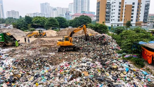 CLIP: Cận cảnh núi rác khổng lồ bốc mùi hôi thối giữa Thủ đô - Ảnh 2.