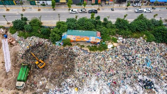 CLIP: Cận cảnh núi rác khổng lồ bốc mùi hôi thối giữa Thủ đô - Ảnh 5.