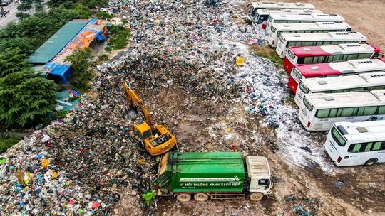 CLIP: Cận cảnh núi rác khổng lồ bốc mùi hôi thối giữa Thủ đô - Ảnh 6.