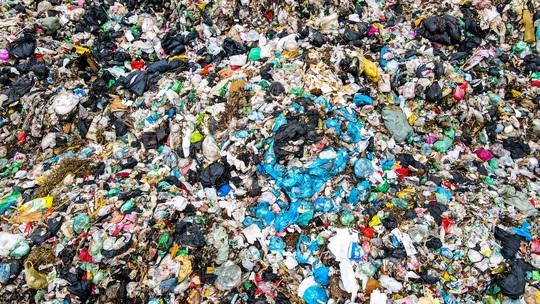 CLIP: Cận cảnh núi rác khổng lồ bốc mùi hôi thối giữa Thủ đô - Ảnh 8.